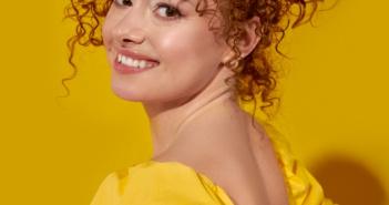 kobieta z kręconymi włosami